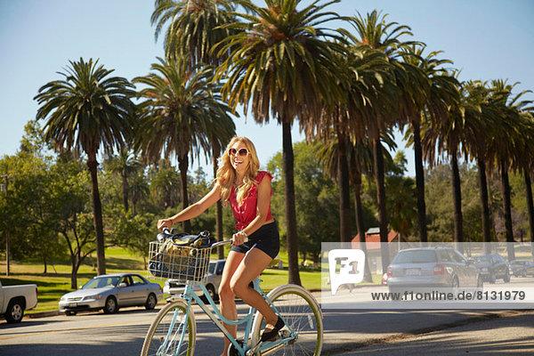 Frauen beim Radfahren auf der Straße