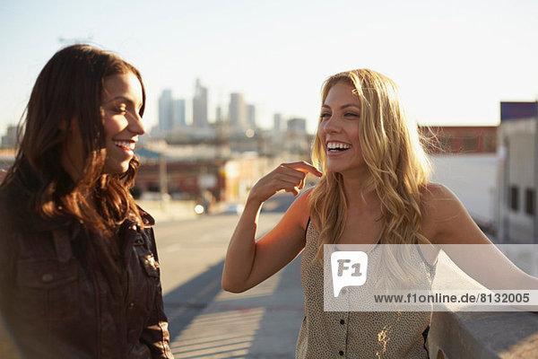 Frauen chatten auf der Brücke
