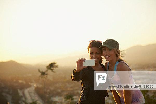 Frauen selbst fotografieren vor der Kulisse