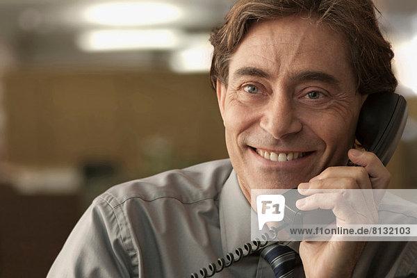 Glücklicher Mann am Telefon