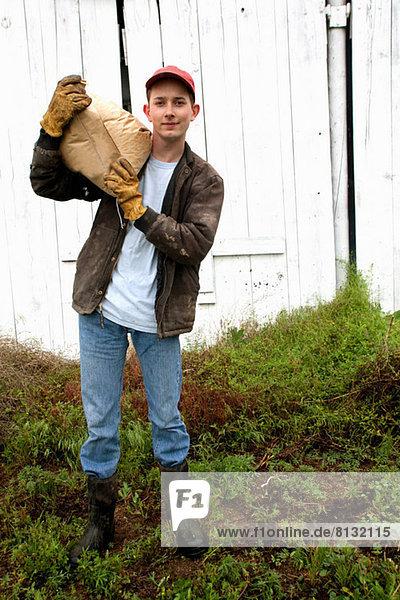 Bauer mit Futtersack auf der Schulter