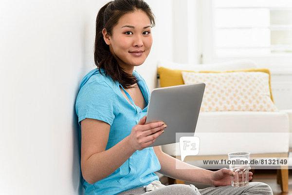 Frau hält digitales Tablett hoch