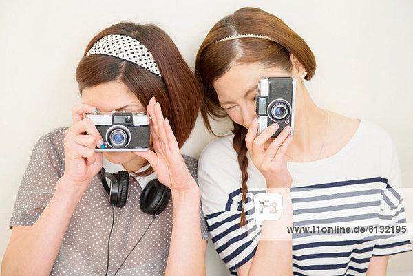 Zwei Frauen beim Fotografieren