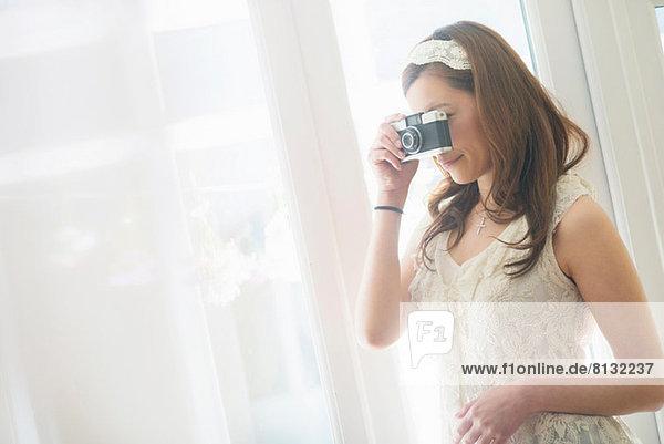 Frau schaut durch die Kamera