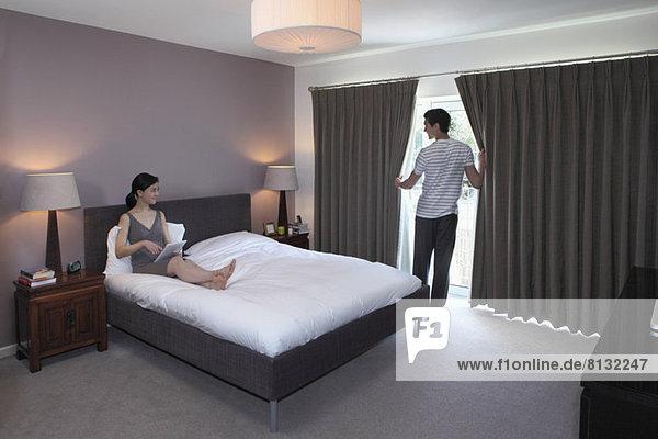 Pärchen-Chatten im Schlafzimmer