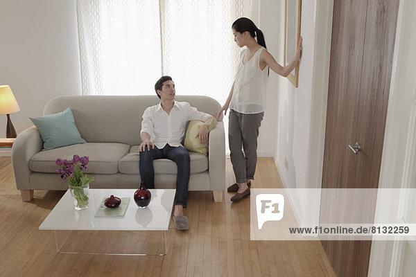 Paar diskutiert im Wohnzimmer