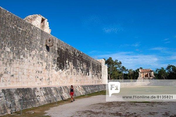 Mann  Tourist  Hintergrund  Mexiko  Ball Spielzeug  groß  großes  großer  große  großen  Gericht  Halbinsel Yucatan