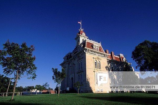 USA  KANSAS  FLINT HILLS  HIGHWAY 177  COTTONWOOD FALLS  HISTORIC COURTHOUSE.