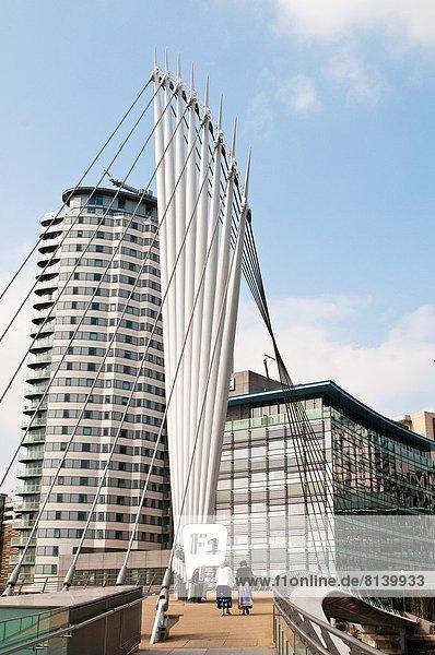 Fußgängerbrücke  Großbritannien  Gebäude  Großstadt  Greater Manchester  Medien