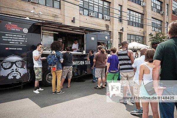 hoch  oben  zuhören  Freundschaft  Organisation  organisieren  Lebensmittel  Party  über  Straße  ankommen  Aktion  Musik  Lastkraftwagen  Stück  Nachbarschaft  jung  übergeben  Ziehbrunnen  Brunnen  Brooklyn  Linie  Platz