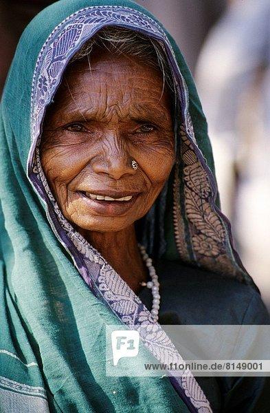INDIA  MADHYA PRADESH PROV.  SMALL VILLAGE  LOCAL WOMAN IN SARI  PORTRAIT.