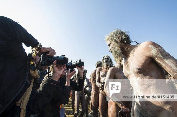 Nackte Naga Sadhus  heilige Männer  schmieren Asche auf ihre Körper nach dem Shahi Snan  königliches Bad  während des Kumbha Mela Festivals