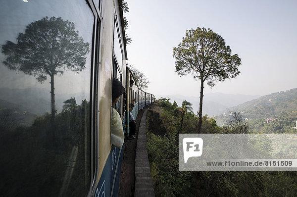 Zug auf der kurvenreichen Strecke der Schmalspurbahn Kalka-Shimla Railway von Kalpa nach Shimla