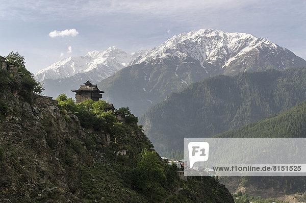 Berg über Dorf Festung