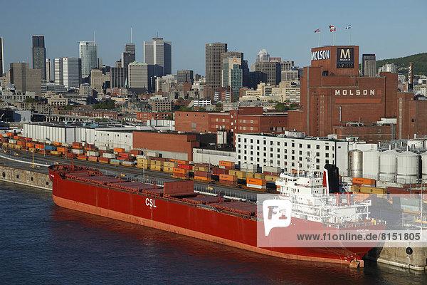 Schiff und Container im Alten Hafen