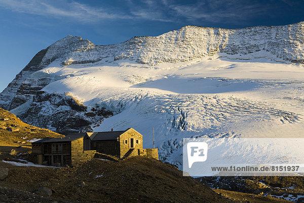 Monte-Leone-Hütte mit Monte Leone und Chaltwassergletscher Monte-Leone-Hütte mit Monte Leone und Chaltwassergletscher