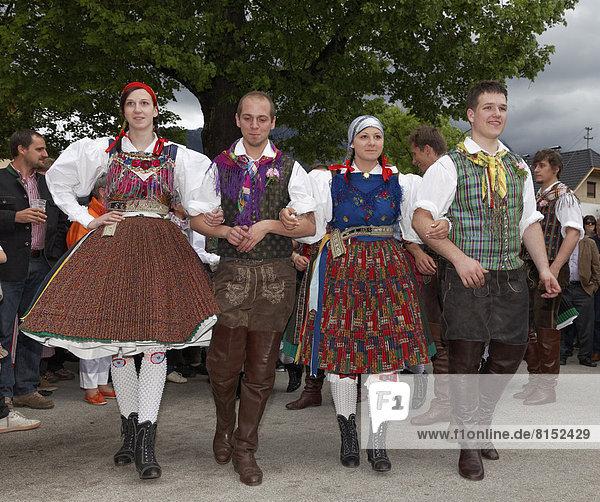 Tanz unter der Linde in Gailtaler Tracht zum Kirchtagsbrauch Kufenstechen