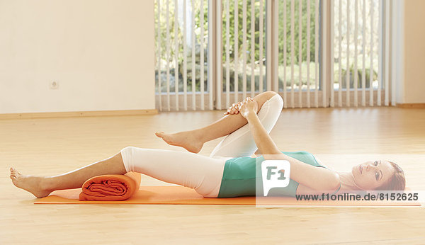 Frau macht Beckenboden-Gymnastik
