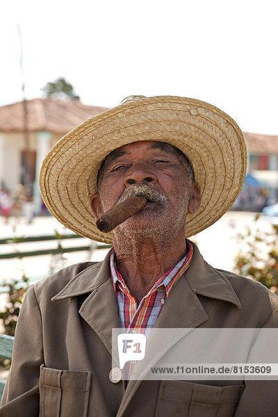 Älterer Mann mit Zigarre