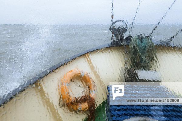 Ausblick aus dem Fenster auf den Bug des Pellwormer Krabbenkutters Columbus  Fahrt durch nordfriesische Küstengewässer