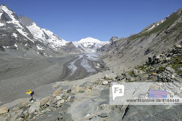 Tafel über den Gletscherstand vom Jahre 1980 am Pasterze-Gletscher  hinten der Johannisberg