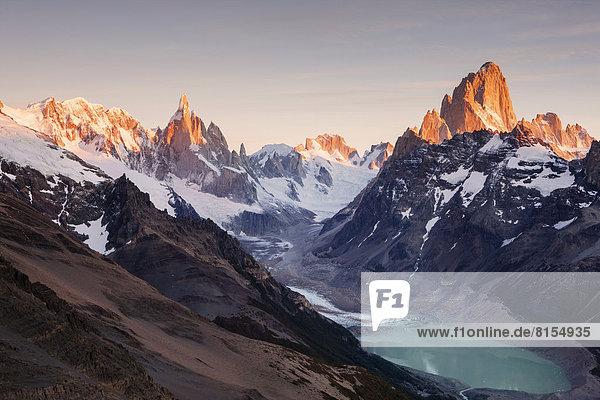 Cerro Torre und Fitz Roy Bergmassiv  Lago Torre  Morgenlicht