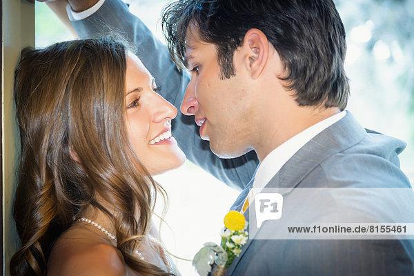 USA  Texas  Braut und Bräutigam von Angesicht zu Angesicht  lächelnd