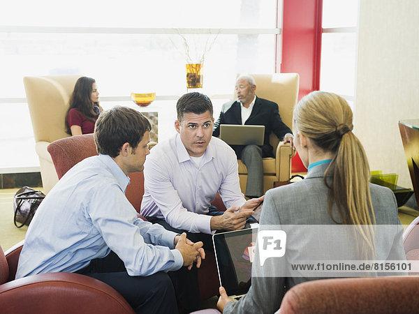 Geschäftsleute sprechen in einer Lobby