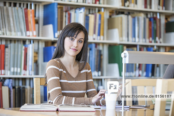 Schreibtisch  arbeiten  Bibliotheksgebäude  Student
