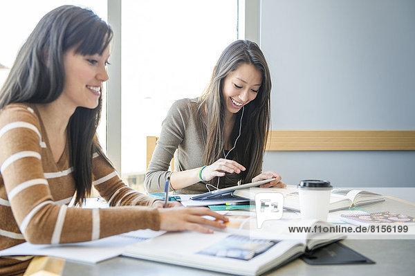 Zusammenhalt  Schreibtisch  arbeiten  Student