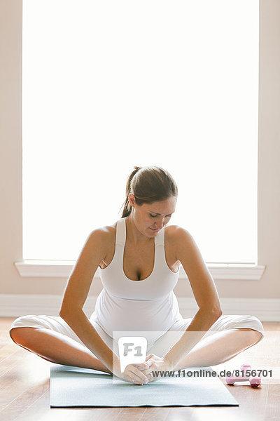 Frau üben Schwangerschaft Yoga