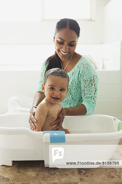 Sohn baden Mutter - Mensch Baby