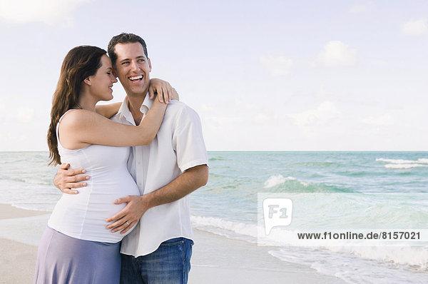 Europäer  Mann  Ehefrau  umarmen  Strand  Schwangerschaft