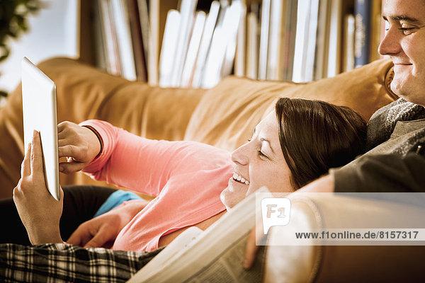 benutzen  Europäer  Couch  Tablet PC