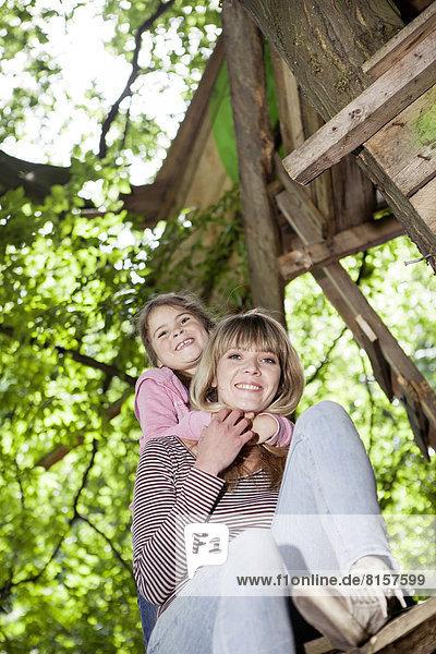 Deutschland  Nordrhein-Westfalen  Köln  Mutter und Tochter umarmen sich  lächelnd