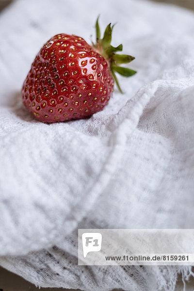 Erdbeere auf Tischdecke