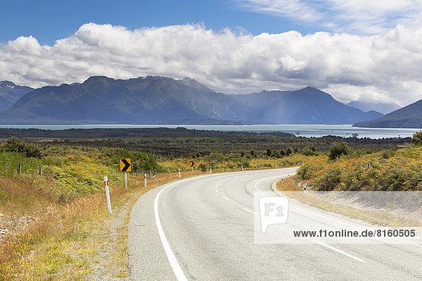 Highway 94 mit Blick auf den Lake Te Anau
