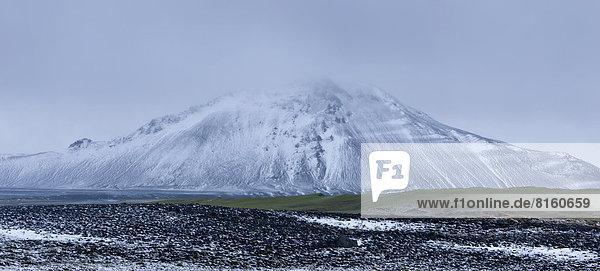 Verschneiter Berg an der Straße 901