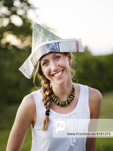Frau  Papier  lächeln  Hut  Kleidung