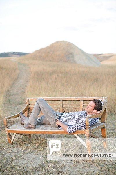 Mann  Entspannung  Sitzbank  Bank  Mittelpunkt  Erwachsener