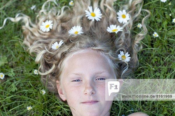 Portrait  Gänseblümchen  Bellis perennis  Mädchen  Haar