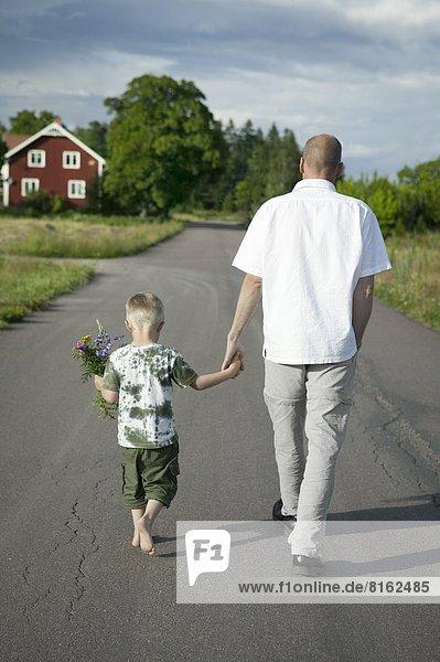 gehen Menschlicher Vater Sohn Fernverkehrsstraße