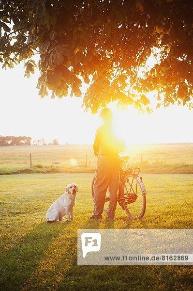 älterer Mann mit Hund