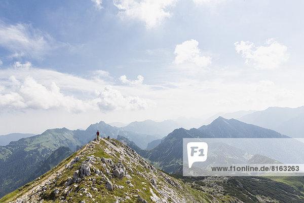Deutschland  Bayern  Ammergauer Alpen  Blick auf Wanderer auf Gratwanderung zur Ammergauer Hochplatte