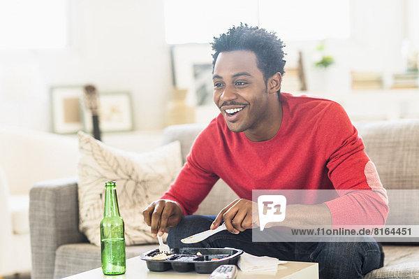 Abendessen  Mann  sehen  Fernsehen  essen  essend  isst