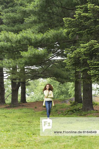 Frau entspannenden im park