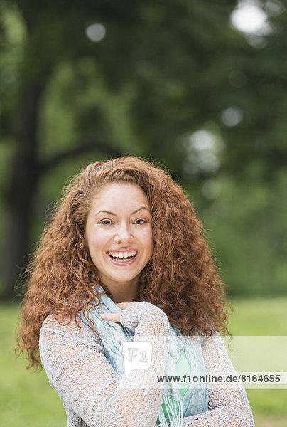 Portrait einer jungen Frau im Park
