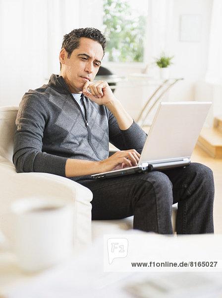 Interior  zu Hause  Portrait  Mann  Notebook  arbeiten