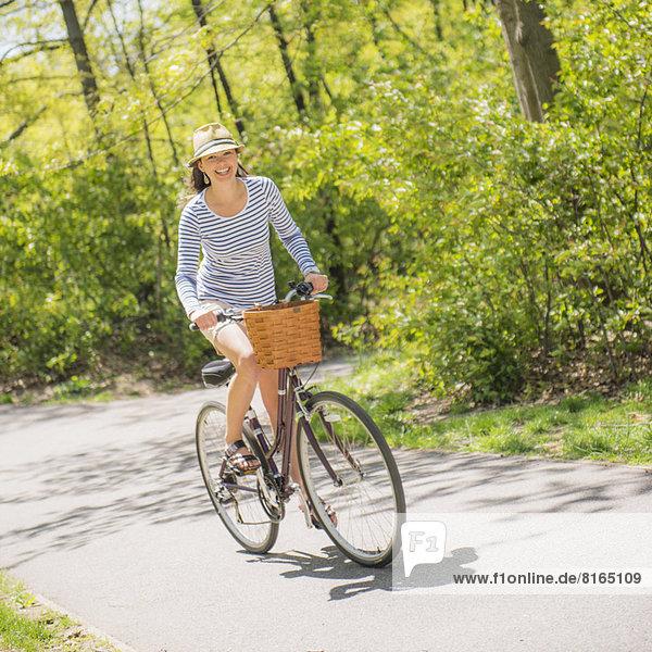 Frau  fahren  Mittelpunkt  Fahrrad  Rad  Erwachsener