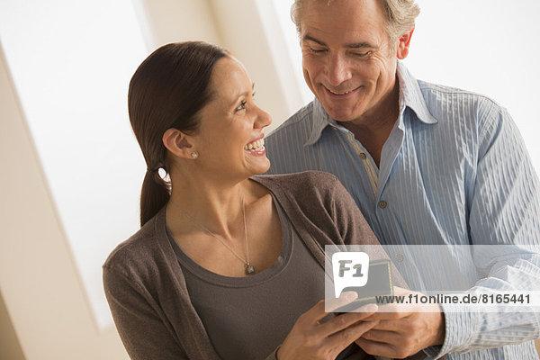 Geschenk  Frau  halten  reifer Erwachsene  reife Erwachsene